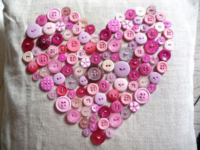 Валентинка своими руками - сердце из пуговиц на подушке