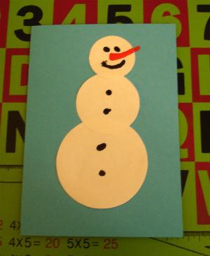 рисуем снеговику глазки, нос, рот и пуговки