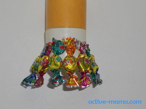 приклеить конфеты по кругу