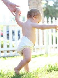 ребенок начинает ходить