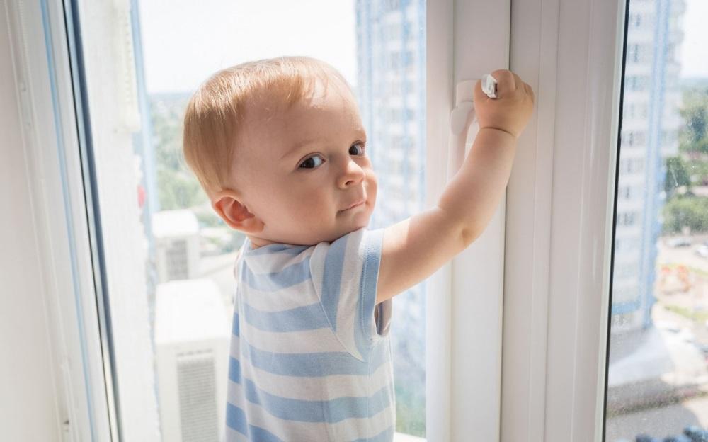 Ребенок 3 года открывает окно