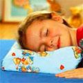 Девочка спит на подушке