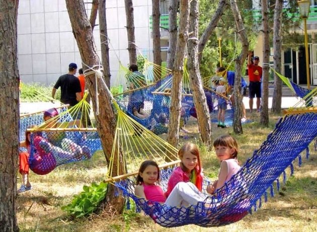 Детский летний лагерь лежат в гамаках